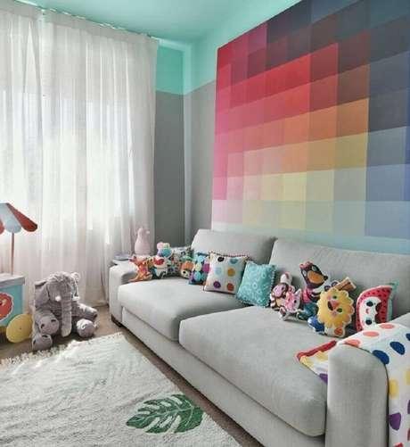 19. Decoração divertida com almofadas coloridas para sofá cinza – Foto: Gabi Marques