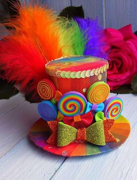 15. Outra opção, além da máscara, é entregar chapéus coloridos e personalizados para os convidados se divertirem na festa à fantasia – Por: Pinterest