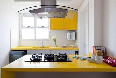 7. Decoração para cozinha compacta com balcão amarelo
