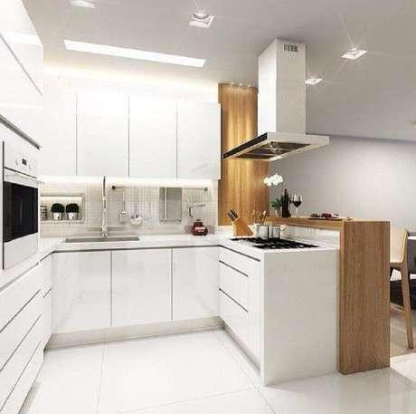 59. Modelo de cozinha compacta com balcão branco e armários planejados