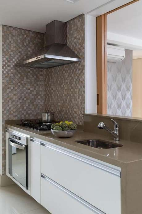 51. Cores neutras podem deixar a cozinha compacta mais charmosa. Projeto de Ana Yoshida