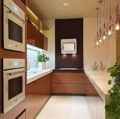 60. Modelo de cozinha planejada decorada com pendentes e armário de cozinha compacta planejada com espaço para micro-ondas