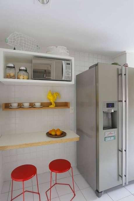 53. Apesar do pouco espaço, é possível criar um estilo bem descolado para a cozinha compacta. Projeto de Ca Sa Arquitetura