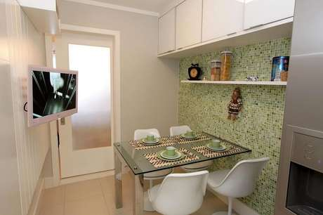 55. Dependendo do tamanho da cozinha compacta, é possível colocar uma mesa de jantar no cômodo. Projeto de Lorrayne Zucolotto