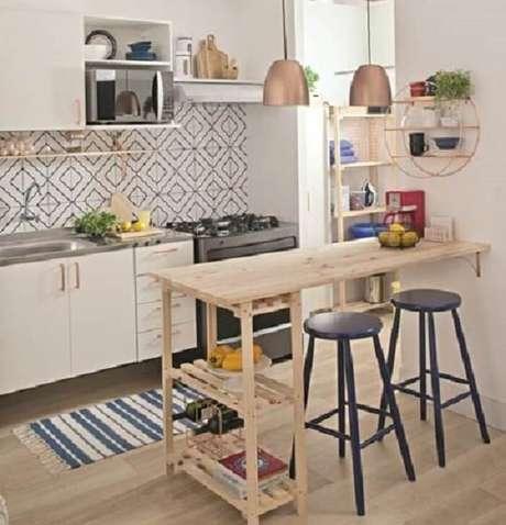 68. Cozinha pequena com bancada de madeira. Fonte: Decoração de casa