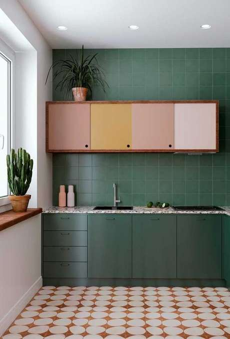 16. Misture tons neutros e claros com os armários em tons de verde escuros – Por: VD