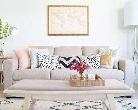 2. Para escolher almofadas coloridas para sofá é necessário primeiro saber qual o estilo de decoração o ambiente terá – Foto: Lindsay Letters