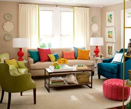 23. Decoração para sala com poltronas e almofadas coloridas – Foto: VilingStore