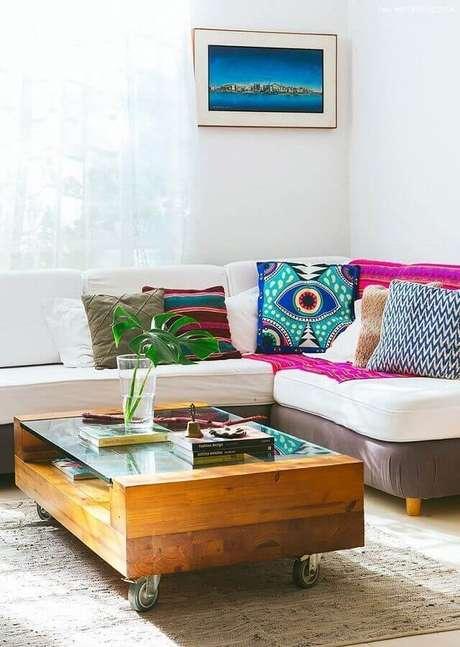 25. Decoração clean com capas para almofadas coloridas para sofá branco – Foto: Histórias de Casa