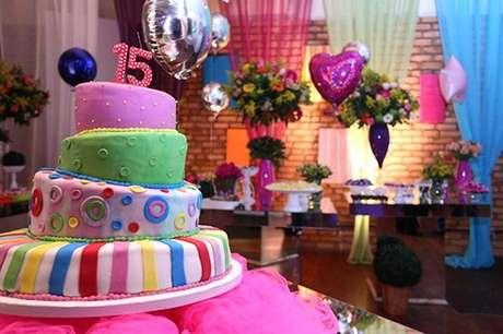 54. Que tal fazer uma decoração de festa à fantasia colorida e divertida? – Por: Canal decoração