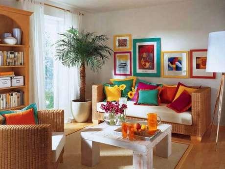 28. Decoração com almofadas coloridas para sofá de vime – Foto: Frias Neto