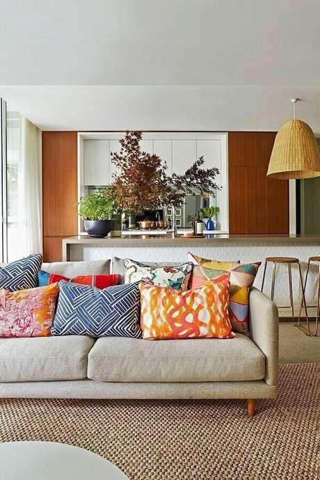 4. Decoração com capas de almofadas coloridas para sala em tons neutros – Foto: The Interiors Addict