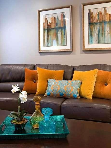 29. Decoração para sala com sofá marrom com almofadas coloridas – Foto: Home Ideas