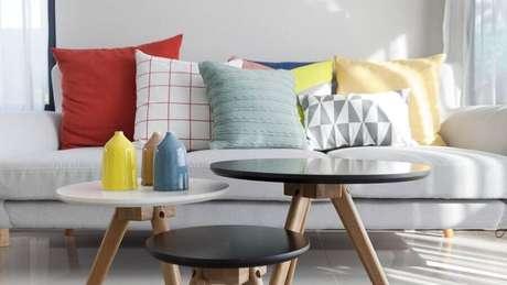 30. Decoração com várias almofadas coloridas para sofá – Foto: The Zoe Report