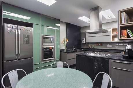 1. Decoração de cozinha gourmet com mesa e armários em tons de verde claro – Por: Maria Luisa Mendes