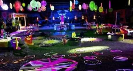 50. Capriche na decoração da sua festa a fantasia para ter uma pista de dança incrível! – Por: Pinterest