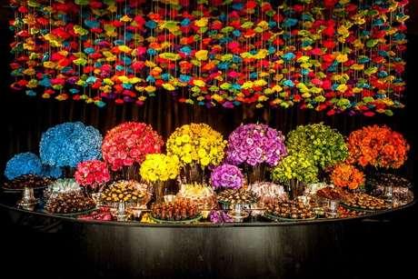 56. A decoração da festa à fantasia neon é incrível! – Por: Pinterest
