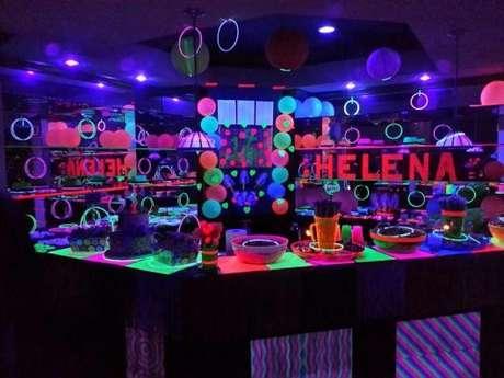 28. Decoração de festa à fantasia neon – Por: Pinterest