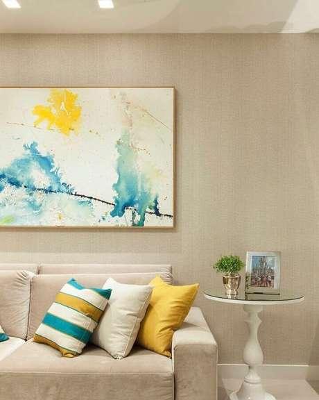 31. Decoração em tons neutros com almofadas coloridas – Foto: Thais Netto Arquitetura