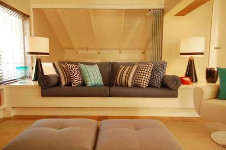 32. Decoração em tons neutros com almofadas coloridas para sofá cinza – Foto: Pinterest