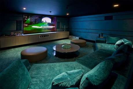 23. Decoração com home theater e mesa de centro em tons de verde e azul – Por: VD