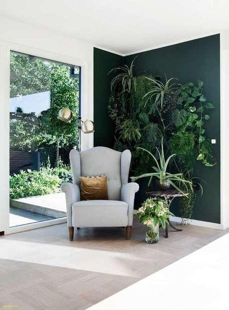 2. O jardim vertical combinou perfeitamente com os tons de verde escuro usados na parede – Por: VD