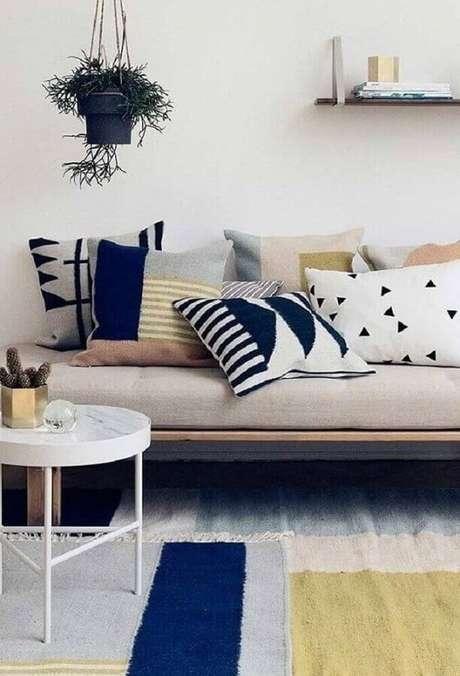33. Decoração para sala minimalista com almofadas coloridas para sofá – Foto: R7 Meu Estilo