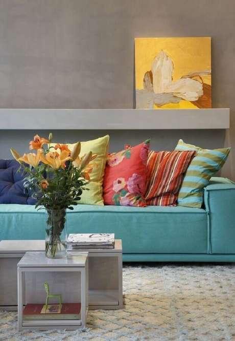 35. Decoração moderna para sala com sofá azul com almofadas coloridas – Foto: Pinosy