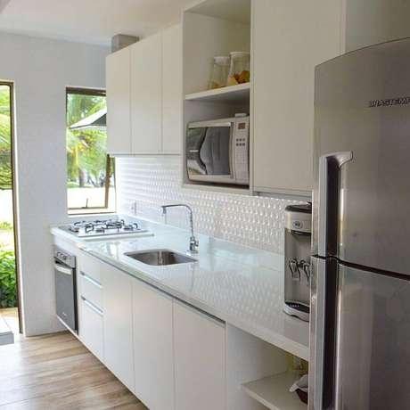 62. Decoração simples para cozinha compacta com balcão branco