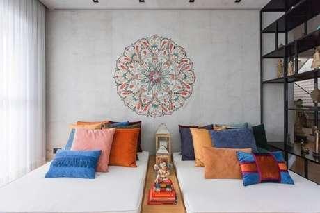 7. Utilize capas de almofadas coloridas para deixar os ambientes de sua casa mais bonitos e bem decorados – Foto: Bianchi + Lim Arquitetura
