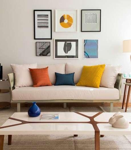 37. Sala decorada em tons de bege com almofadas coloridas – Foto: Marília Veiga