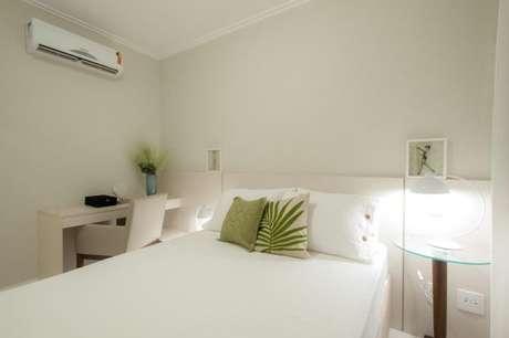 33. Decoração de quarto branco com tons de verde nas almofadas – Por: Rico Mendonça