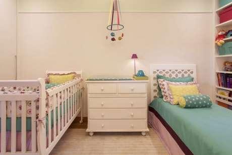 36. A decoração de quarto para menina pode ter cores claras e delicadas misturados com os tons de verde – Por: Anna Maria Parisi