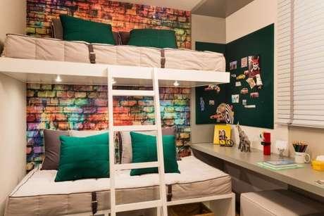 37. O quarto de menino fica lindo com os tons de verde escuros – Por: Sesso e Dalanezi