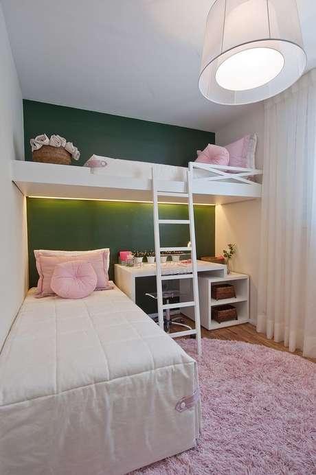40. Escolha uma parede para o quarto com os tons de verde escuro e o resto da decoração, aposte em cores claras para criar um equilíbrio – Por: VD
