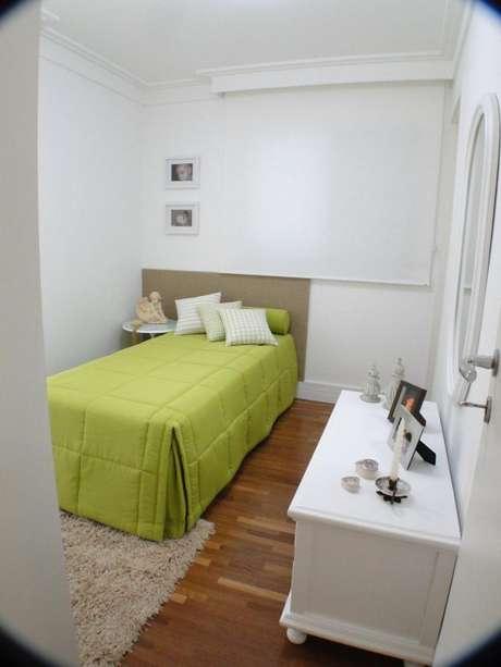 38. Decoração de quarto de solteiro com tons de verde apenas na colcha da cama – Por: Giuliana Luchetti
