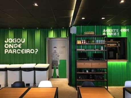 45. A decoração de restaurantes também fica linda com tons de verde e branco – Por: Amanda Garcia