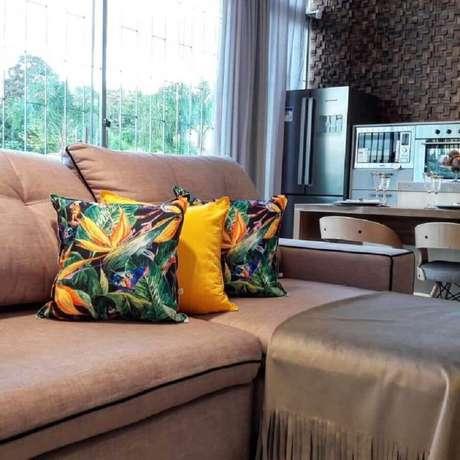 3. As capas para almofadas coloridas podem deixar a decoração do ambiente sóbrio mais alegre e divertida – Foto: Mazal Almofaradaria