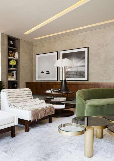 47. A decoração da sala de estar com sofá em tons de verde – Por: Flavia Gerabtayar