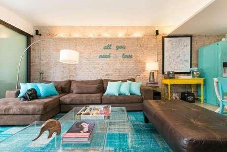 49. Decoração de sala de estar com sofá marrom e almofadas em tons de verde água – Por: DEstudio