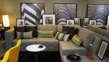 59. Decoração de sala de estar com sofá em ocre e detalhes em tons de verde – Por: Emely Cano