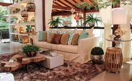 60. A decoração da sala ficou mais alegre com os tons de verde água nas almofadas – Por: Quitete Faria