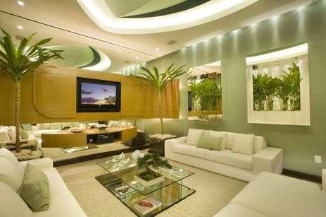 54. A sala fica ainda mais bonita com os tons de branco com verde – Por: Aquiles Nicol