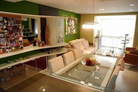 61. A sala de jantar fica alegre com uma parede em tons de verde – Por: Caio Santi