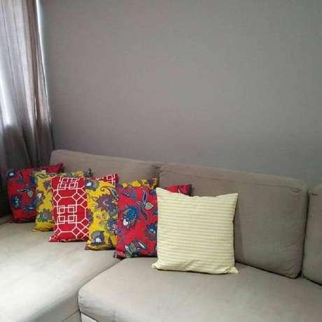 39. Decoração simples com almofadas coloridas para sofá cinza – Foto: Danoca Enxovais