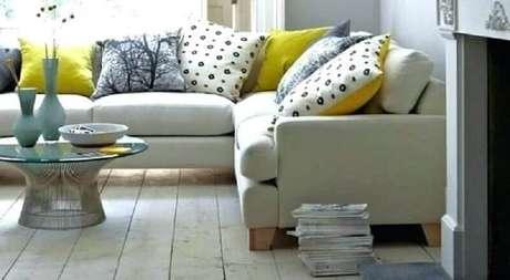 38. Modelos de capas de almofadas coloridas para decoração de sala com sofá cinza – Foto: A Bright Space