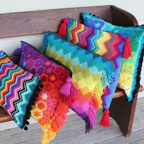 40. Decoração simples com almofadas de crochê coloridas – Foto: ConstruindoDECOR