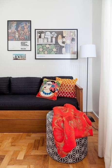 41. Decoração simples para sala com capas de almofadas coloridas e estampadas – Foto: Neu dekoration stile