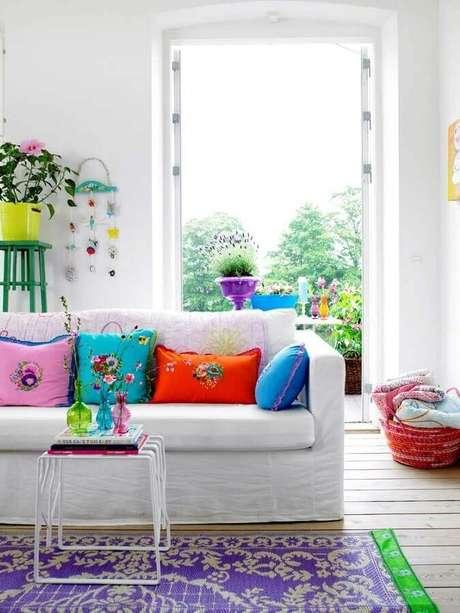 42. Decoração clean para sala toda branca com almofadas coloridas – Foto: Phil Melugin