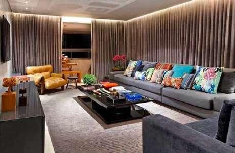 43. Decoração sofisticada para sala ampla com sofá cinza e almofadas coloridas – Foto: Andrea Buratto